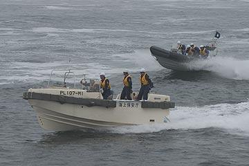 まつしま搭載艇とRIBの航走 [ まつしま搭載艇による機動航走 ] その後、まつしま搭載艇を抗議